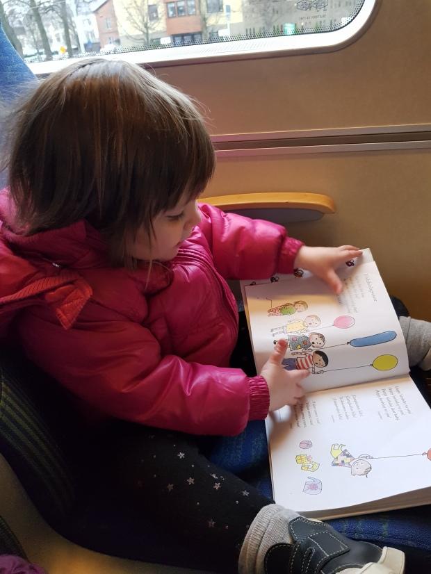 Läsa bok på tåget är mysigt