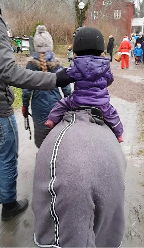 När dottern fick rida ponny