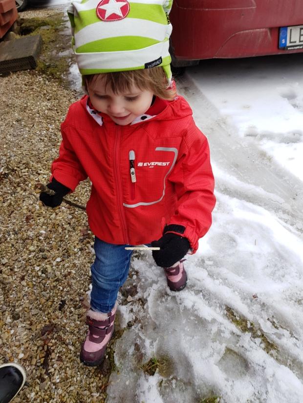 Roligt att leka bland snö, is och lera i mars